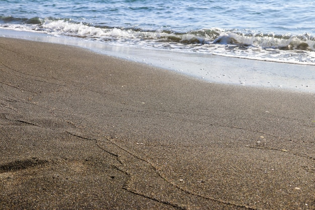 Praia de areia magnética negra do mar negro em ureki, geórgia
