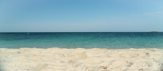 Praia de areia no sul da ilha da sardenha