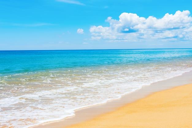 Praia de areia phuket mai khao céu azul mar calmo