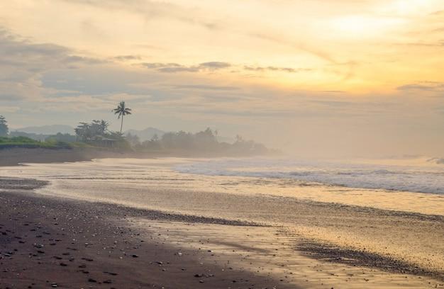Praia de areia preta no oceano índico