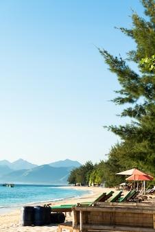 Praia de areia tropical pela manhã