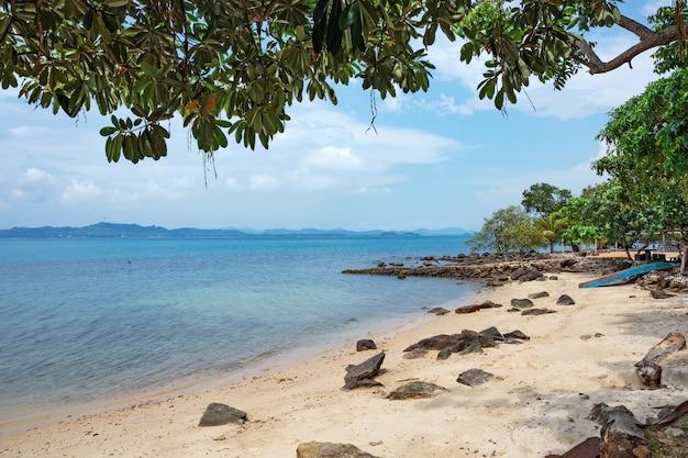 Praia de areia tropical