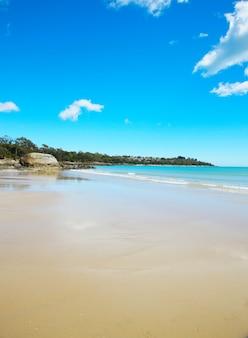 Praia de areia vazia