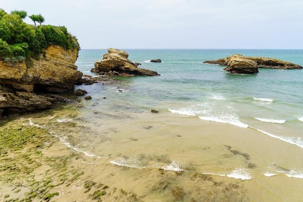 Praia de biarritz frança em um dia ensolarado de verão. frança.