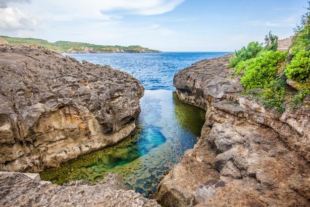 Praia de billabong do anjo, a piscina natural na ilha de nusa penida