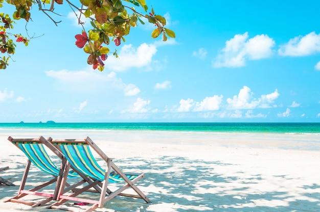 Praia de cadeira na praia de areia branca, ilha de koh chang, tailândia