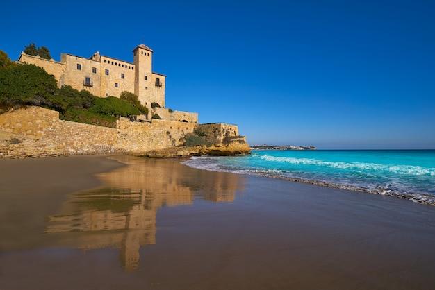 Praia de cala la jovera sob o castelo de tamarit