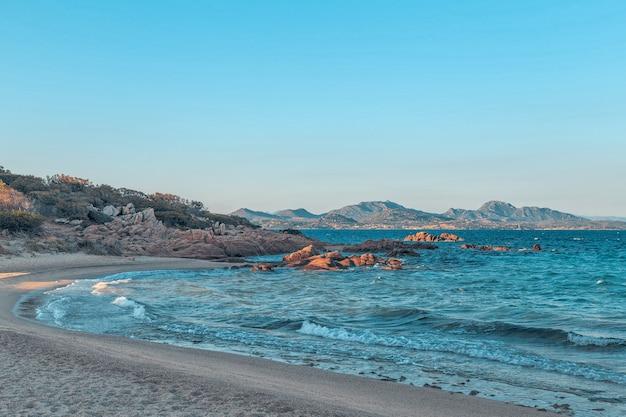 Praia de capriccioli na costa smeralda, sardenha, itália.