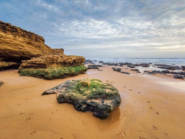Praia de carcavelos com formações rochosas