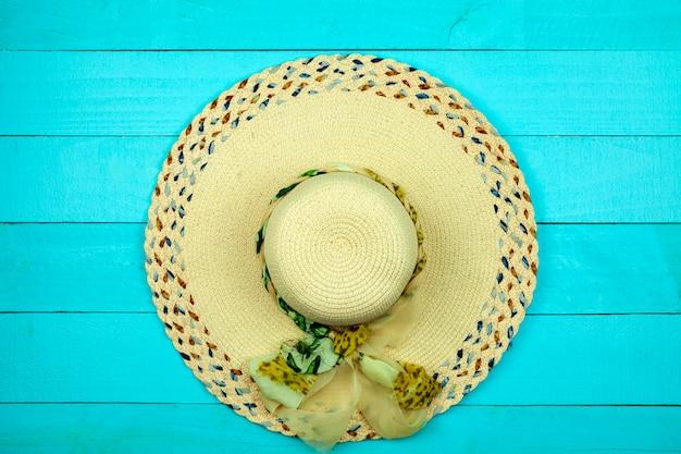 Praia de chapéu de senhora bonita sobre fundo azul de madeira