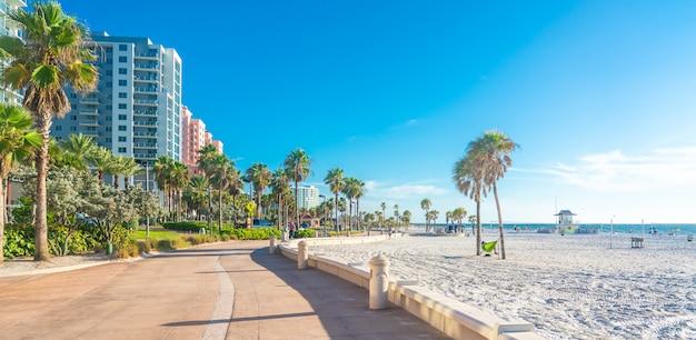 Praia de clearwater com areia branca bonita na flórida, eua