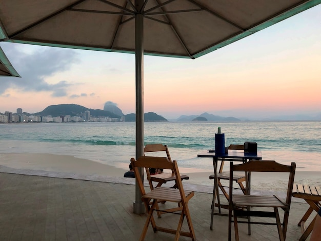 Praia de copacabana. mesas, cadeiras no quiosque.