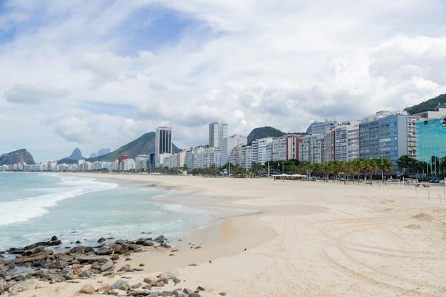 Praia de copacabana vazia durante a quarentena de pandemia de coronavírus no rio de janeiro.