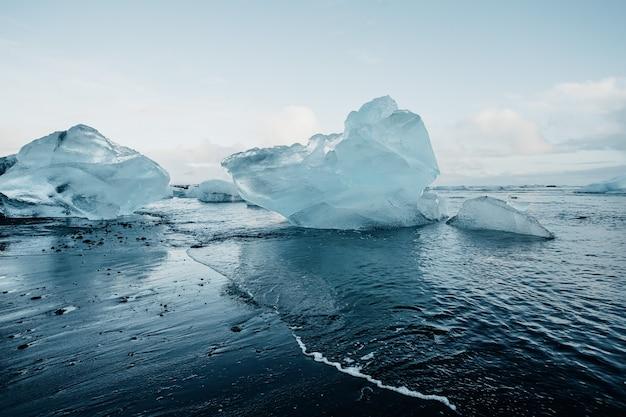 Praia de diamantes de tirar o fôlego na islândia no inverno com grandes blocos de gelo
