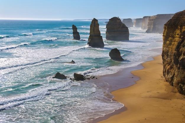 Praia de doze apóstolos e rochas na austrália, victoria, bela paisagem do litoral de estrada grande oceano