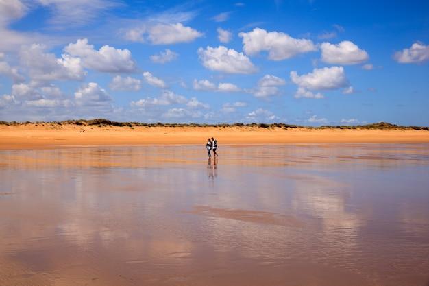 Praia de el puntal em somo, santander. espanha