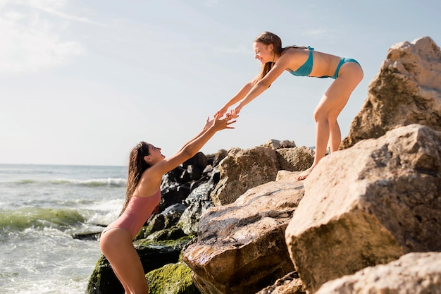Praia de estilo de vida com amigos de mãos dadas