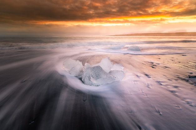 Praia de gelo de diamante ao lado da geleira da lagoa jokulsarlon da geleira vatnajökull no sul da islândia.