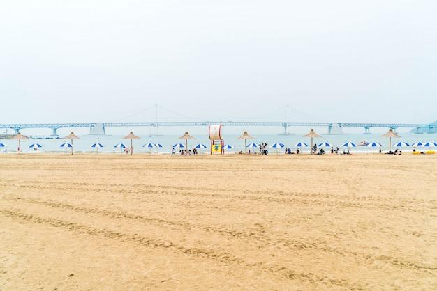 Praia de gwangan uma das praias populares em busan, coreia do sul.