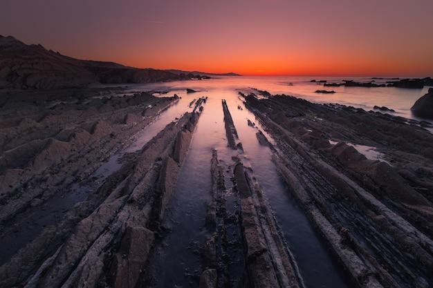 Praia de itzurun em zumaia com a famosa costa do flysch, país basco.