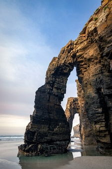 Praia de las catedrales, costa norte de ribadeo, lugo, galiza, espanha Foto Premium