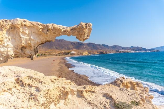 Praia de los escullos em nijar, andaluzia. espanha, mar mediterrâneo