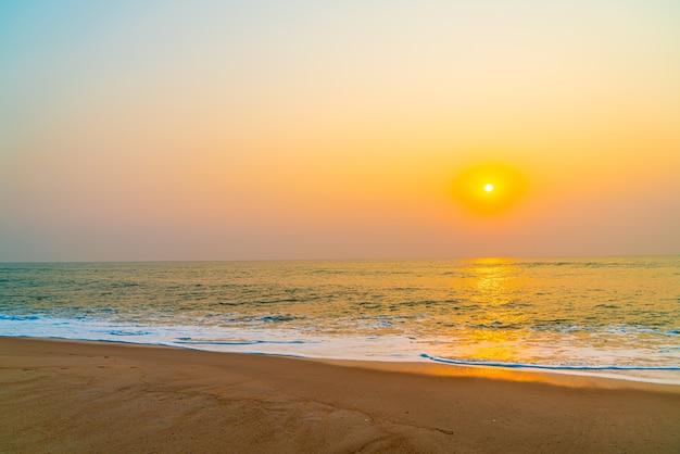 Praia de mar vazio com pôr do sol ou nascer do sol