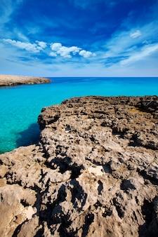 Praia de menorca cala des talaier em ciutadella em balearic