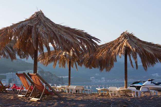 Praia de montenegro com guarda-sóis de palha