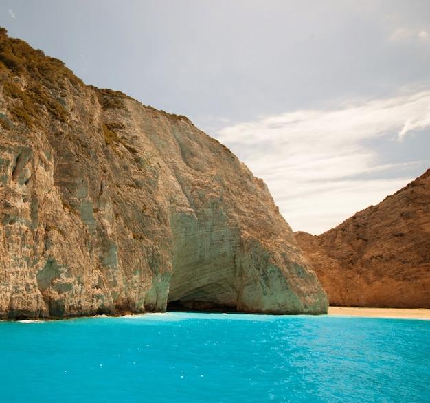 Praia de navagio na ilha de zakynthos, grécia, dia de verão