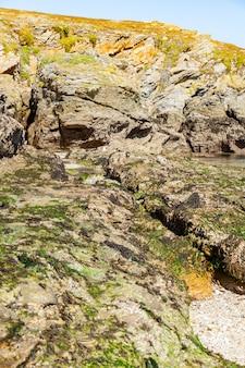Praia de paisagem rochas falésias costas em belle ile en mer no ponto de potros em morbihan