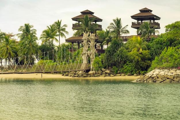 Praia de palawan com torre de observação na ilha sentosa em cingapura