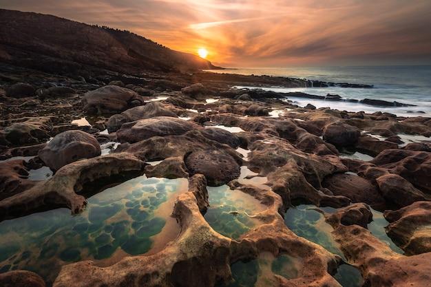 Praia de paramoudras no litoral basco, praia de estranhas formações realmente geológicas.