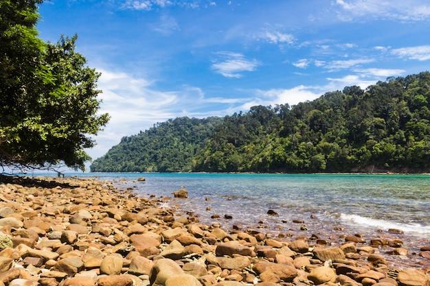 Praia de pedra em uma ilha tropical
