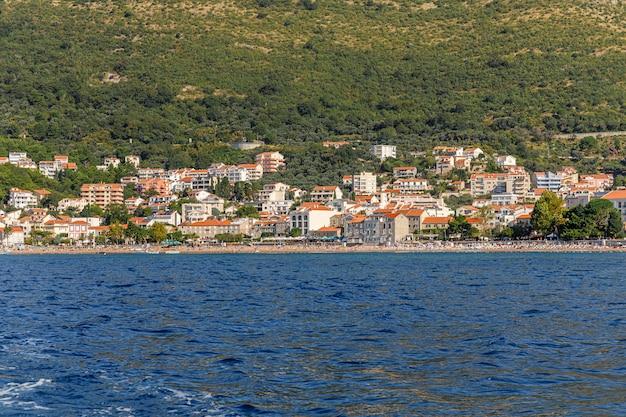 Praia de petrovac na moru em montenegro