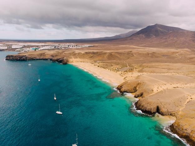 Praia de playa papagayo com vista aérea de lanzarote