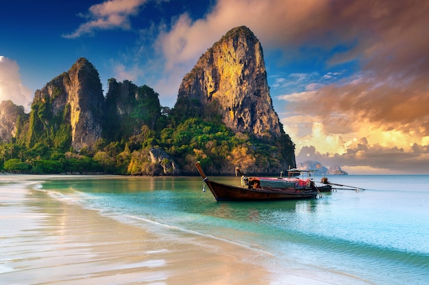 Praia de railay ao nascer do sol em krabi, tailândia.
