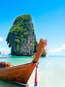 Praia de railay, krabi, mar de andaman tailândia