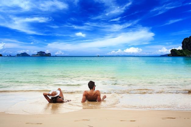 Praia de railay, krabi, mar de andaman, tailândia
