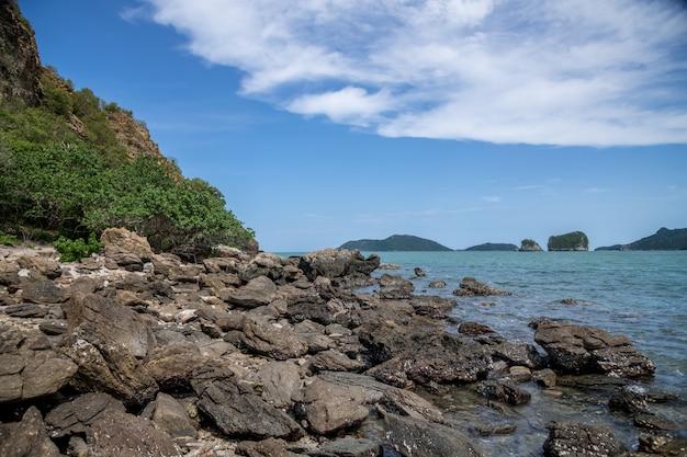 Praia de rocha e areia, paisagem da ilha de koram, parque nacional sam roi yod, província de prachuap khiri khan, tailândia