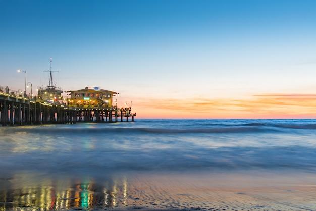 Praia de santa monica pier ao pôr do sol