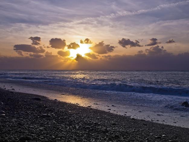 Praia de seixos ao amanhecer