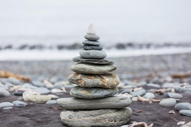 Praia de seixos e pedras cinzentas de spa
