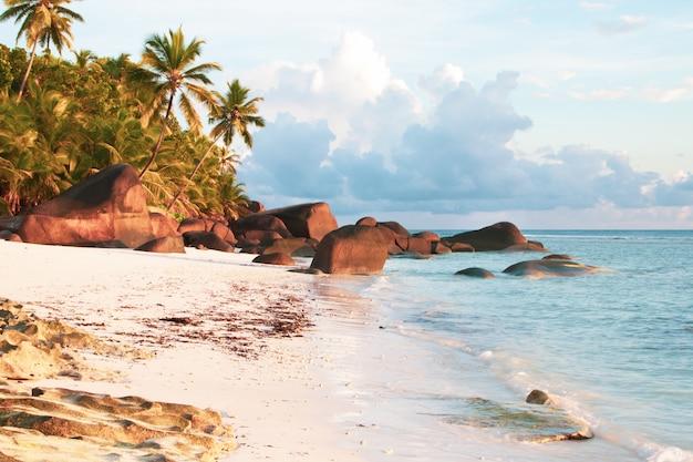 Praia de seychelles silhouette island