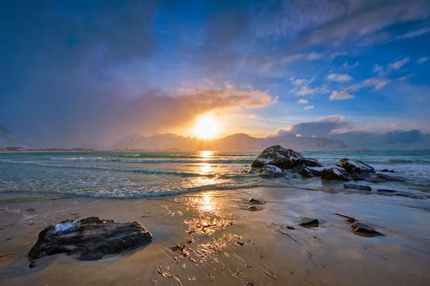 Praia de skagsanden no pôr do sol, ilhas lofoten, noruega