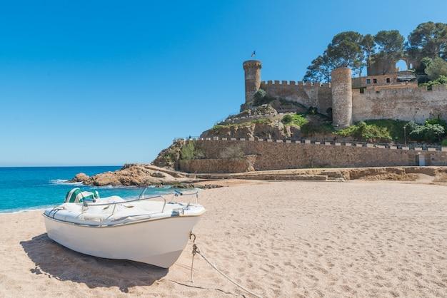 Praia de tossa de mar e fortaleza em um lindo dia de verão, costa brava, catalunha, espanha