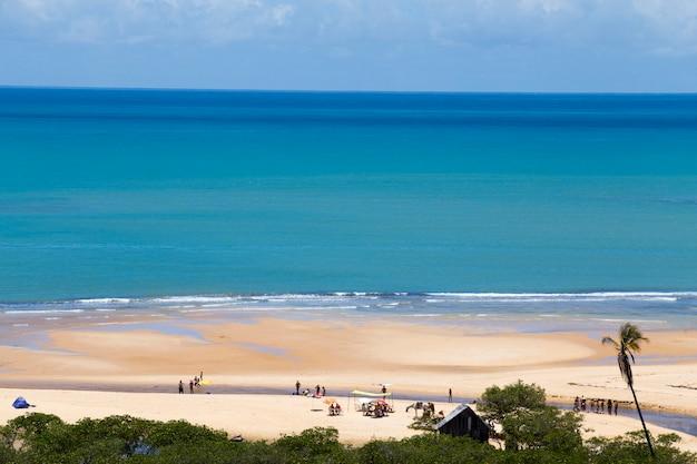 Praia de trancoso sob o céu azul de verão