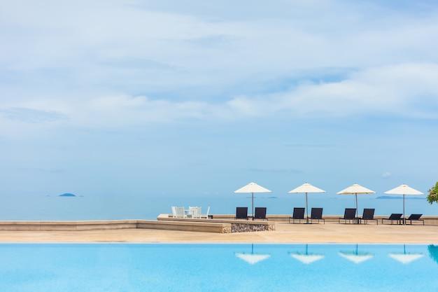 Praia de verão e piscina no resort