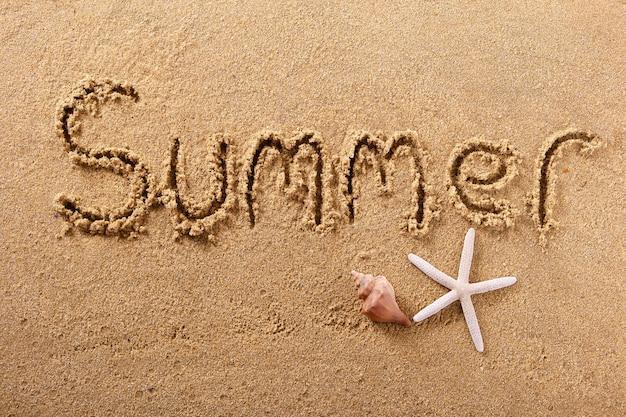 Praia de verão escrevendo o conceito de férias de mensagem