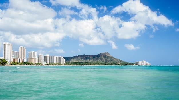 Praia de waikiki com diamond head e fundo de hotéis